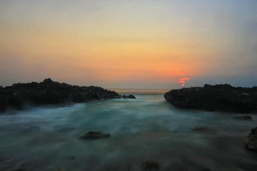 Banyak wisatawan yang rela berkunjung kesini untuk melihat langsung keindahan matahari tenggelam
