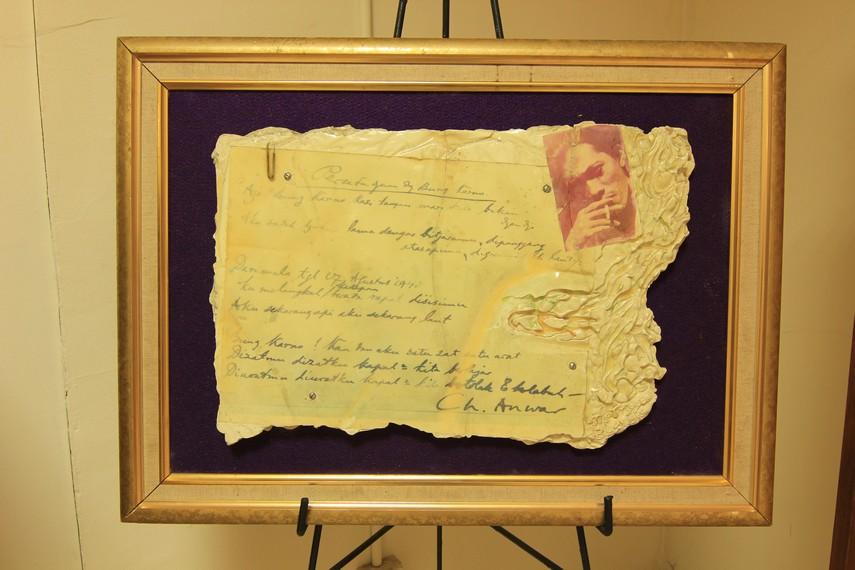 Tulisan tangan puisi Persetujuan dengan Bung Karno karya Chairil Anwar yang diabadikan dalam sebuah batu marmer