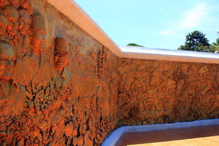 Memasuki kompleks makam, pengunjung akan menemukan beberapa bagian relief yang menggambarkan perjalanan hidup Sam ratulangi