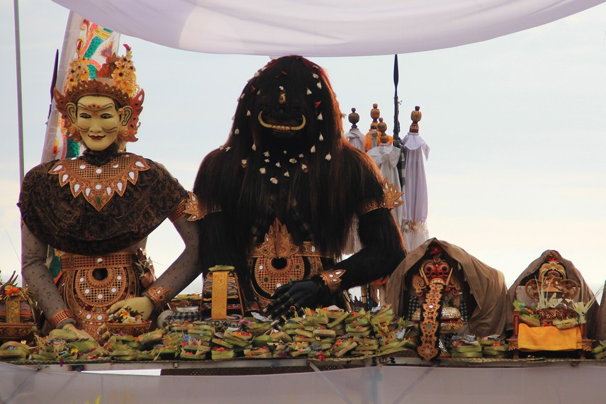 Arca, pratima, pratima, dan upacara lainnya yang diarak oleh rombongan dalam upacara melasti