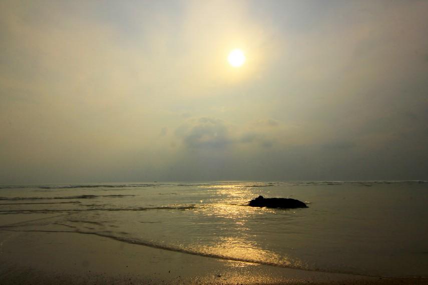 Jika cuaca sangat bagus hingga tidak tertutup kabut tipis dari pantai ini kita juga bisa menyaksikan anak Gunung Krakatau yang melegenda itu
