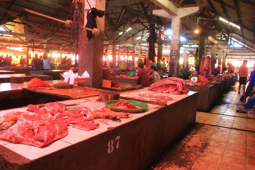 Mulai dari tikus, anjing ,ular piton, kelelawar dan babi terpapar di meja-meja para penjual daging di pasar ini