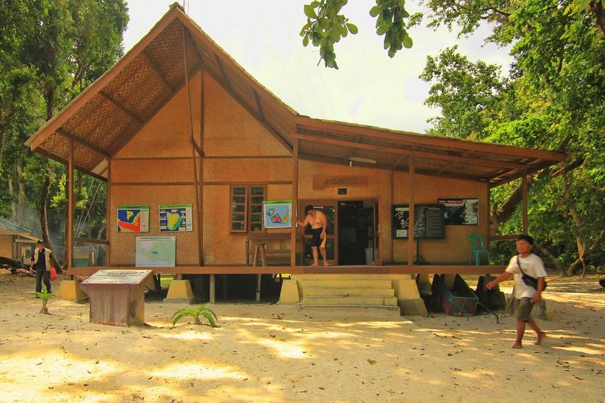 Penginapan yang terdapat di sekitar Pulau Peucang yang dapat disewa pengunjung yang ingin lebih lama tinggal di pulau ini