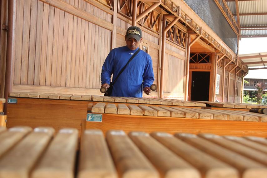 Dahulu, alat musik kolintang hanya terdiri dari beberapa potong kayu