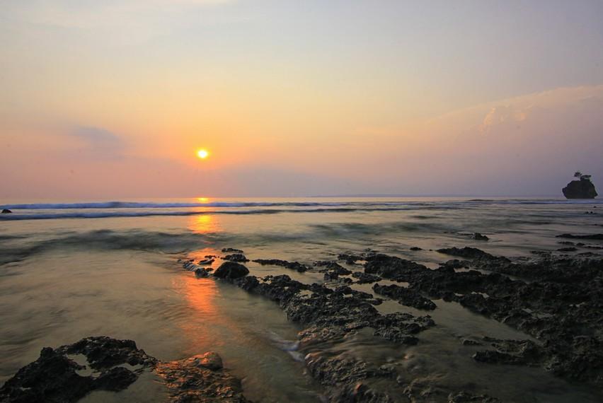 Menikmati senja di Karang Copong, Pulau Peucang, Ujung Kulon, Banten, menjadi tempat yang pas untuk melihat tenggelamnya sang surya di ufuk timur