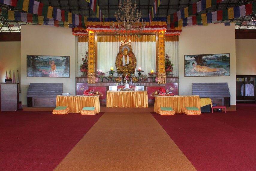 Di seberang patung Lohan berdiri bangunan utama Vihara yang biasa disebut dengan Istana Dewi Kwan Im