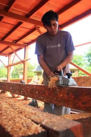 Bahan baku kayu besi untuk para pengrajin di desa ini dipasok dari daerah Bolaang Mongodow