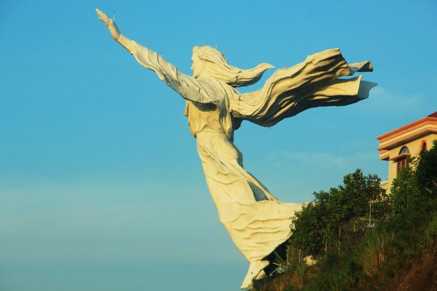 Patung ini dibuat menggunakan bahan 25 ton besi fibre dan 35 ton besi baja