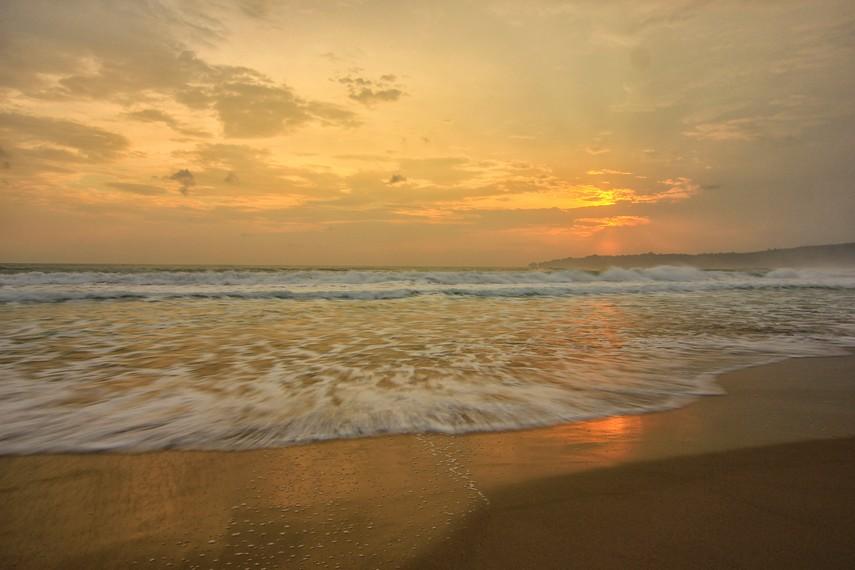 Tekstur pasirnya yang lembut dan halus, bila bersentuhan dengan kaki terasa begitu dingin menyejukan