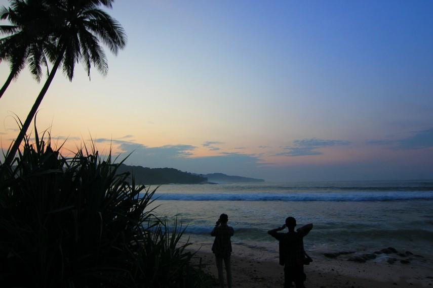 Sejak dini hari pengunjung di Pantai Karang Bereum sudah menantikan saat-saat matahari terbit di sekitar pantai
