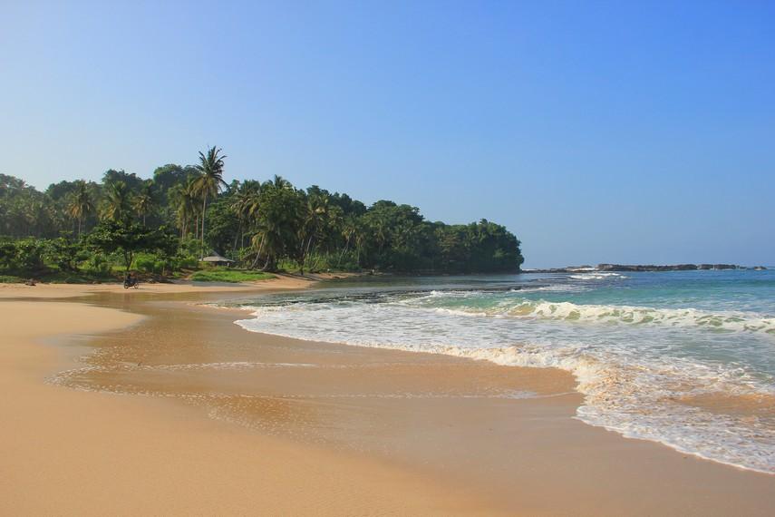 Pasir putih dan bersih seperti menjadi penanda bagi pengunjung telah tiba di Pantai Legon Pari