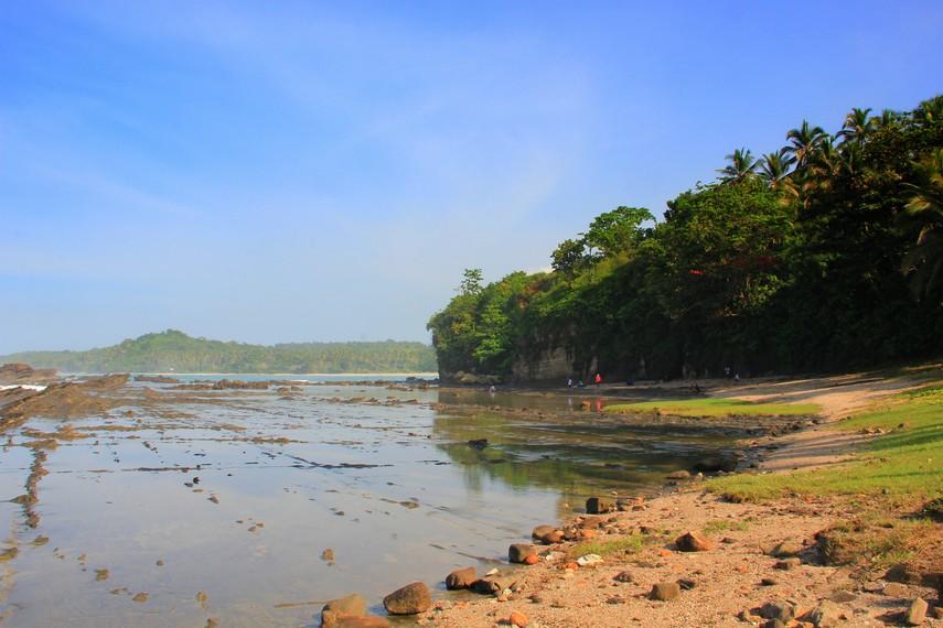 Pengunjung harus berhati-hati ketika menaiki Karang Taraje karena landasannya basah oleh air laut yang masuk dari celah-celah karang