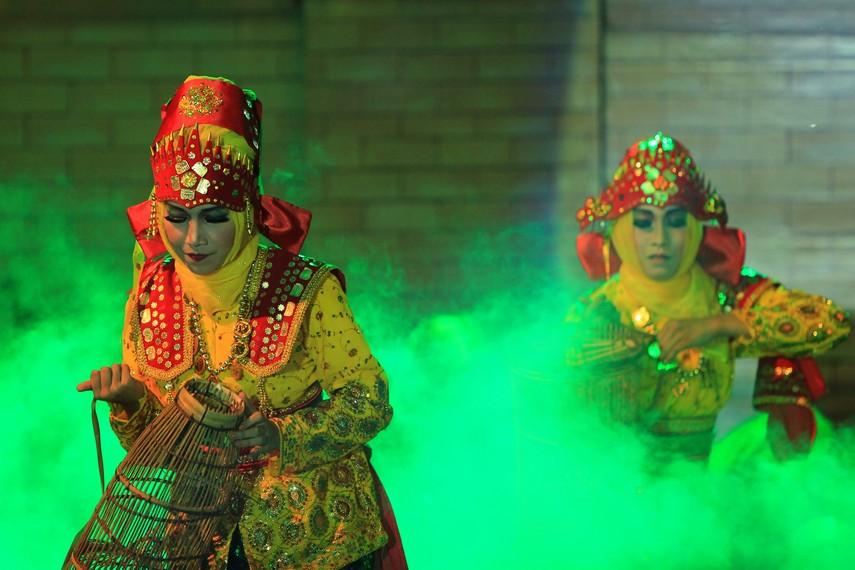 Pada bagian kepala, penari perempuan menggunakan penutup kepala berupa siger yang telah dimodifikasi