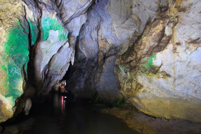 Jika biasanya gua-gua di Indonesia memiliki dasar yang kering, berbeda dengan Gua Lalay. Hampir seluruh isi dalam gua terendam dengan air