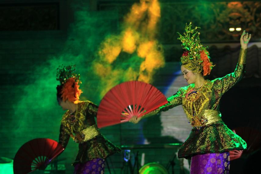 Gerakan tari rampak kipas songket brada didominasi oleh gerakan tangan yang menggambarkan para gadis Palembang bergembira dalam tradisi menenun