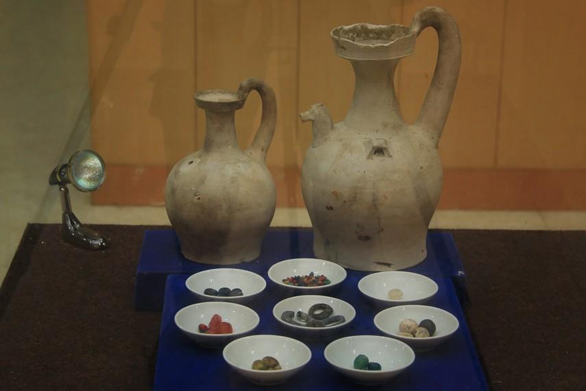 Keramik dan manik-manik, salah satu peninggalan kerajaan Sriwijaya yang menjadi koleksi museum