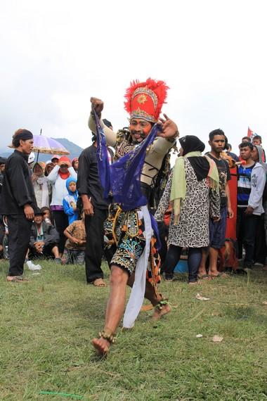 Konon, tari ini diciptakan oleh Sunan Kali Jaga sebagai salah satu upaya menyebarkan agama Islam ke masyarakat Jawa, terutama Wonosobo