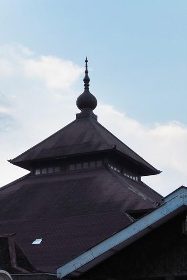 Kubah masjid yang merupakan penambahan dari Pakubuwono IV. Tidak seperti kubah pada umumnya, kubah masjid ini berbentuk menyerupai paku bumi