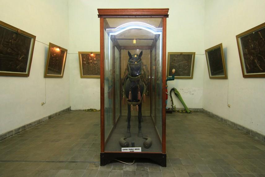 Kuda kayu yang menjadi salah satu koleksi di Ruang Kuda. Di ruang ini, juga terdapat pakaian lengkap penunggang kuda keraton