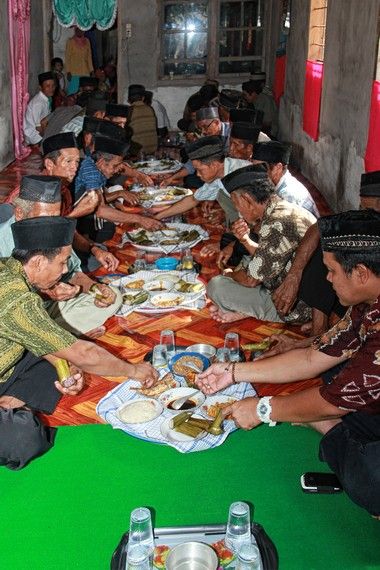 Makan bedulang menjadi ritual terakhir yang dilakukan warga kampung seusai memanjatkan doa
