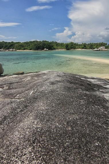 Menaiki batu granit dan menyaksikan pemandangan Pulau Babi dari atas batu menjadi pilihan aktivitas bersantai