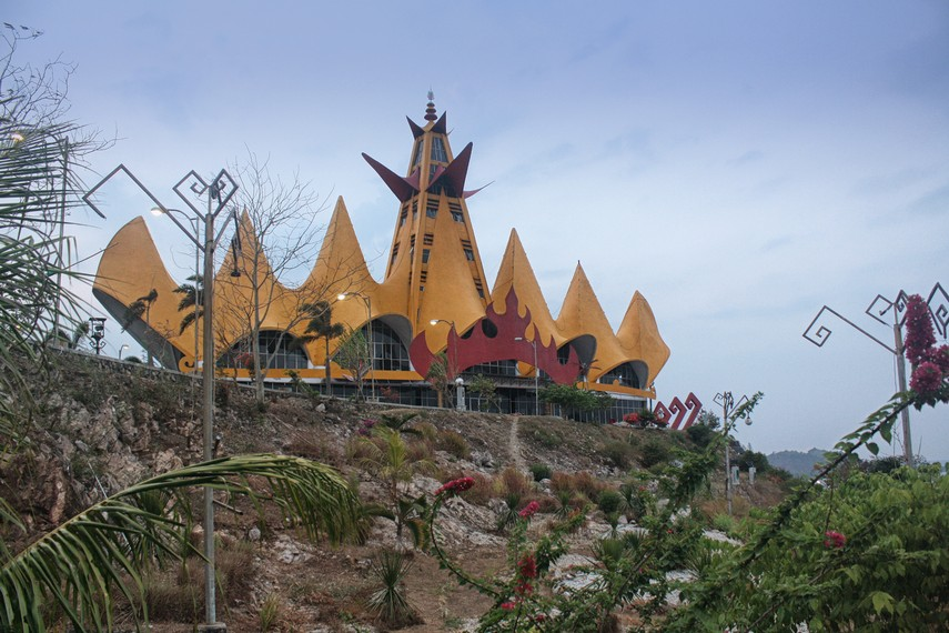Arsitektur Menara Siger adalah karya Ir. H. Anshori Djausal M.T., arsitek asal Lampung