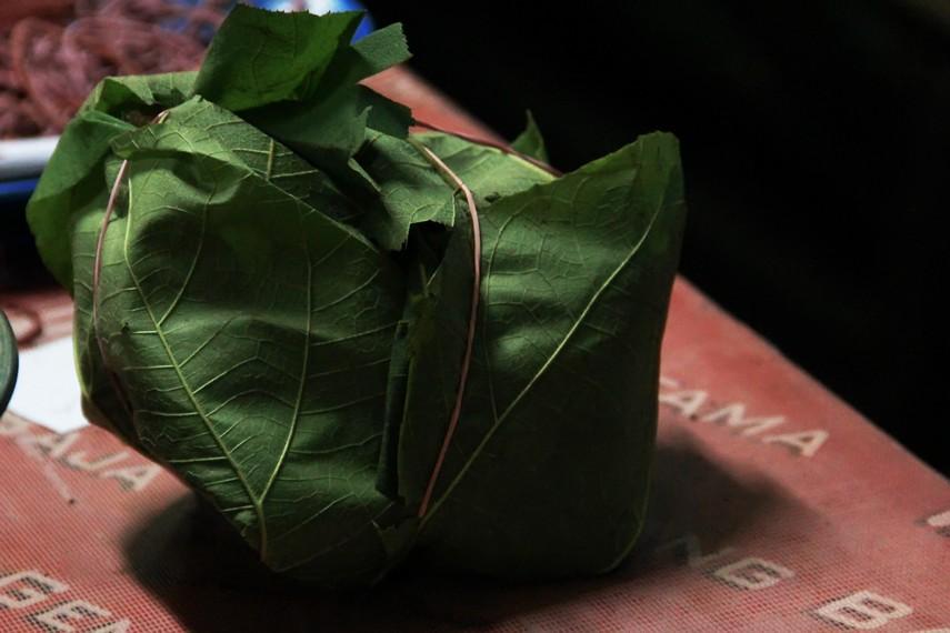 Nasi jamblang dibungkus dengan daun jati untuk menghasilkan rasa yang gurih dan membuat nasi tahan lebih lama