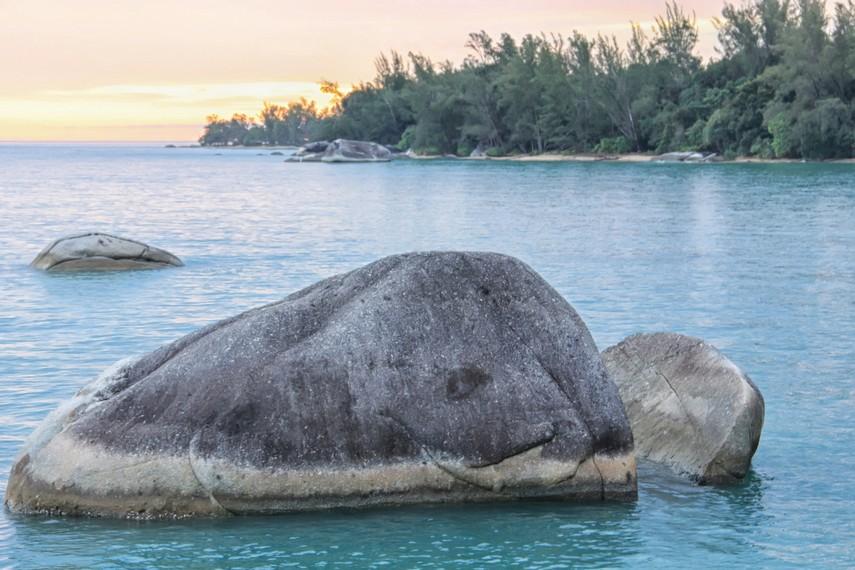 Pantai Awan Mendung memiliki ombak yang tenang dengan batuan granit yang terlihat di pinggir pantai