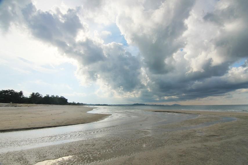 Pantai Matras memiliki garis pantai yang cukup panjang, mencapai sekitar 3 km