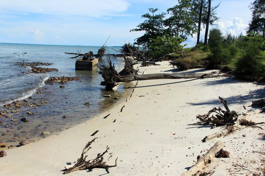 Pantai ini terletak di Kawasan Manggar Belitung Timur tidak jauh dari objek wisata Bukit Samak
