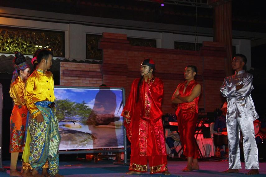 Para penari tersebut mempunyai peranannya masing-masing, seperti menjadi nenek dan dua cucunya, para warga kampung, hingga Hasnah dan Jejaka