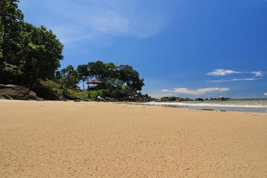 Pasir yang putih dan lembut langsung menyambut pengunjung yang menginjakkan kaki di pantai ini