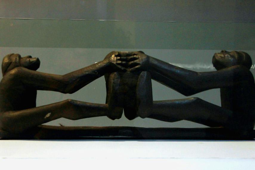 Patung kewenak biasanya menjadi barang pajangan di dalam rumah yeu atau rumah laki-laki Suku Asmat