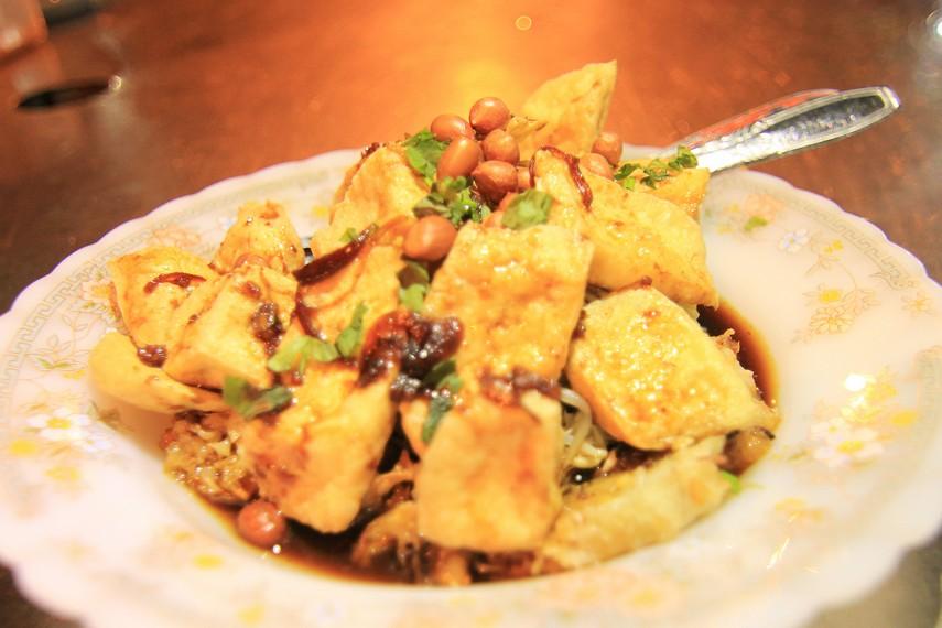 Pedagang makanan ini dapat ditemukan di penjuru Kota Solo. Satu porsi kupat tahu dihargai Rp5.000 sampai Rp10.000