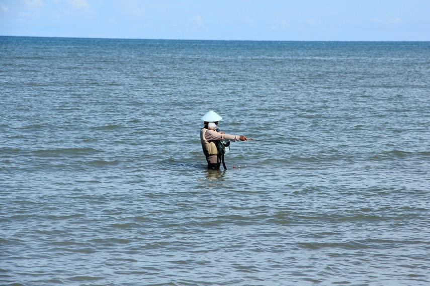 Pemandangan pemancing yang melakukan aktivitas memancing hingga ke tengah laut menjadi pemandangan menarik di pantai ini