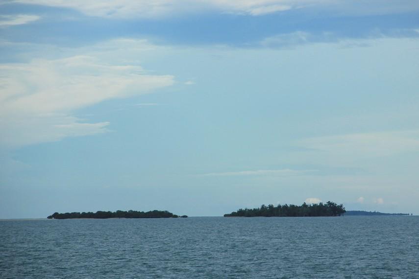 Pemandangan pulau-pulau yang berada di tengah laut lepas menjadi sajian yang indah di Pantai Penyabong