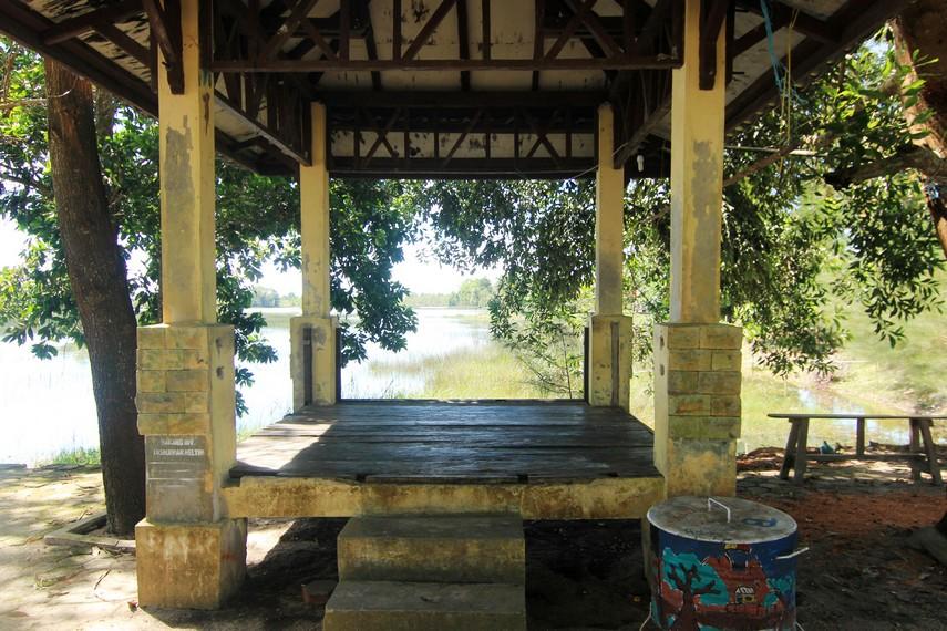 Pendopo tempat pengunjung dapat bersantai sambil menikmati pemandangan Danau Mempayak