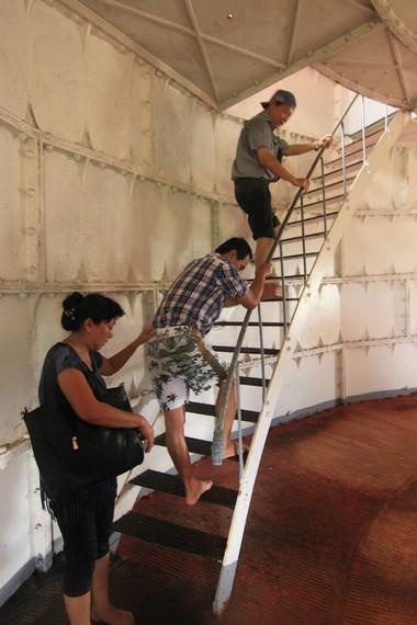 Pengunjung terlihat menaiki anak tangga di dalam mercusuar untuk sampai ke lantai teratas menara ini