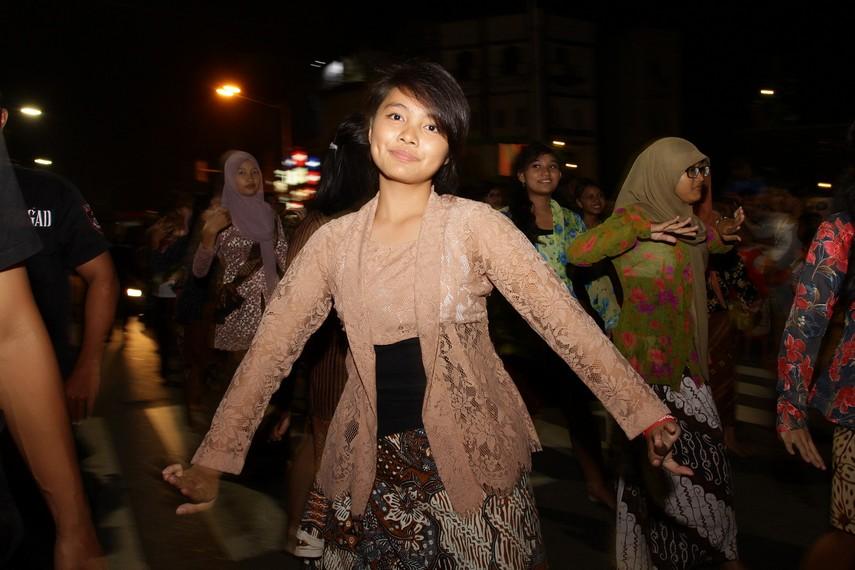 Peserta yang mengenakan kebaya batik juga menjadi salah satu yang menjadi daya tarik masyarakat Solo
