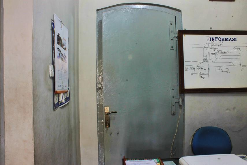 Pintu besi yang tebalnya lebih dari 10 inci tetap dipertahankan sejak stasiun ini pertama berdiri
