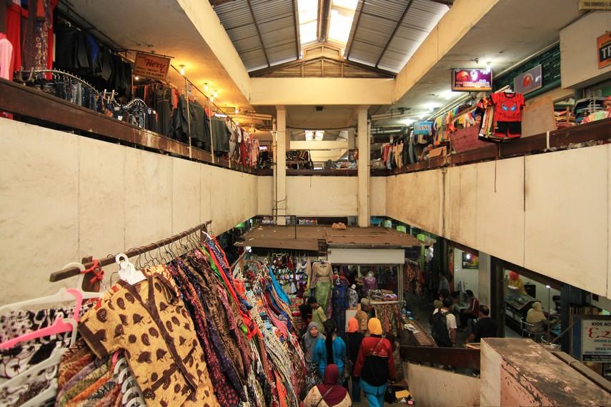 Popularitas Pasar Klewer sebagai pusat penjualan batik menanjak pada pertengahan 1980-an