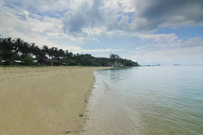 Pulau Kepayang terasa begitu asri dengan banyaknya pohon kelapa yang tumbuh di sekitar pulau