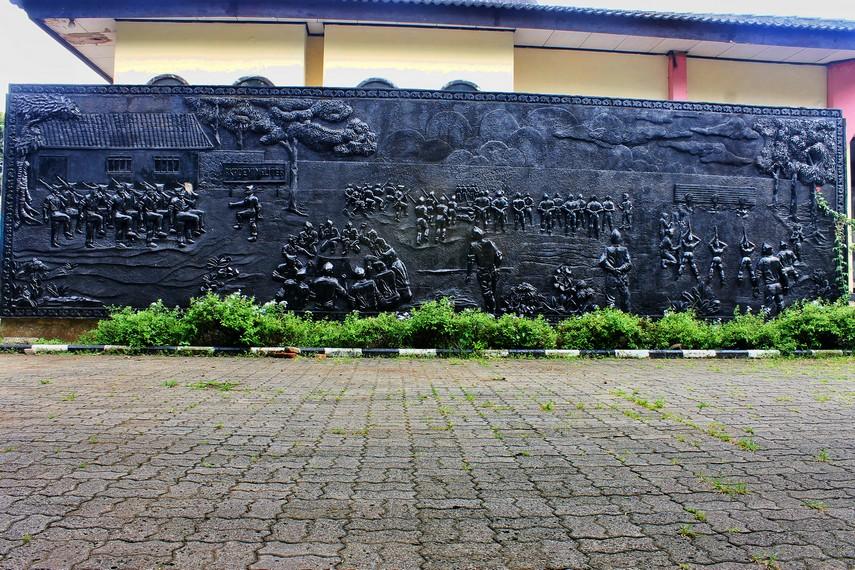 Relief yang menggambarkan suasana pendidikan di Akademi Militer Tangerang. Akademi ini kemudian dipindahkan ke Magelang