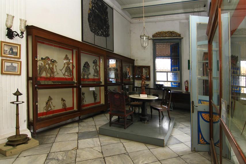 Ruang pertama museum ini menyimpan berbagai jenis wayang, baik yang berasal dari dalam negeri maupun dari mancanegara
