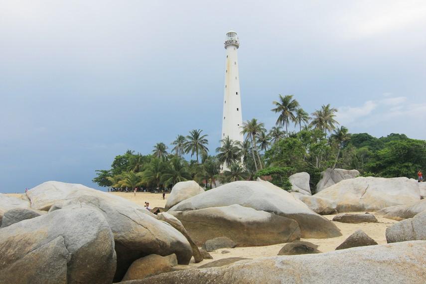 Salah satu daya tarik Pulau Lengkuas terletak pada keberadaan mercusuar yang berada di tengah-tengah pulau
