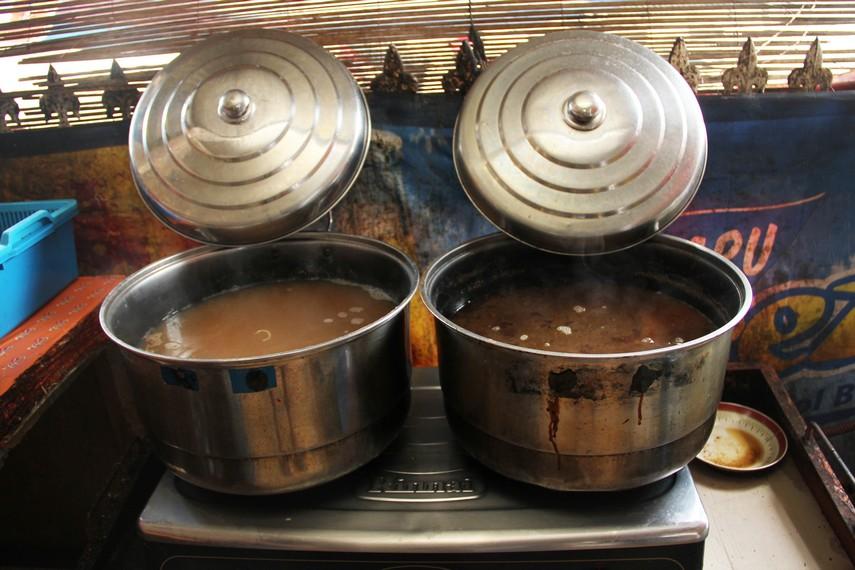 Salah satu yang membuat mie koba begitu digemari adalah siraman kuah ikan tenggiri yang gurih dan nikmat