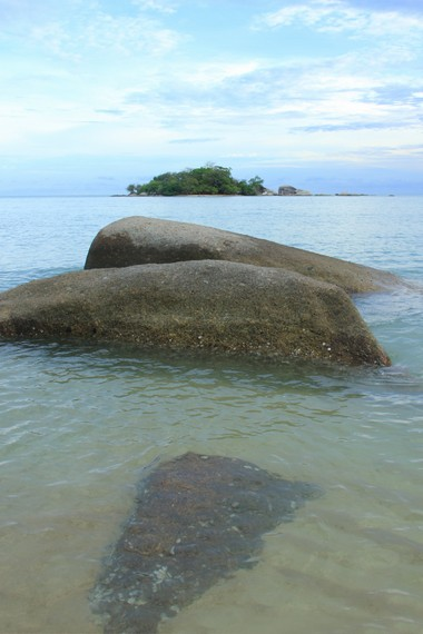 Sama seperti pantai-pantai di kawasan Belitung, Pantai Tanjung Kiras juga memiliki pemandangan batu granit di sekitarnya