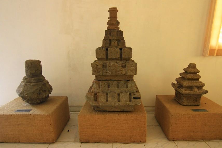 Selain Ratna, tersimpan pula berbagai jenis kemuncak lain. Semua koleksi di museum ini berasal dari kompleks candi yang ada di Dataran Tinggi Dieng