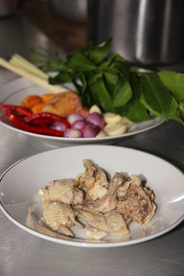 Selain ikan, ayam juga dapat sebagai bahan yang diolah bersama lempah