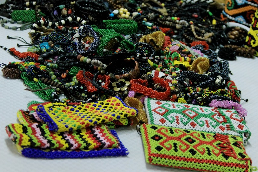 Selain kalung, manik-manik oleh masyarakat Suku Dayak juga dijadikan tempat untuk menyimpan telefon genggam